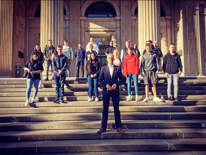 Schnupperkurs in niedersächsischer Landespolitik: 10. Klässler besuchen Landtag in Hannover